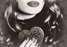 拿着心脏构成华伦泰爱言情乌贼属葡萄酒的年轻美丽的性感的俏丽的妇女减速火箭 免版税库存照片