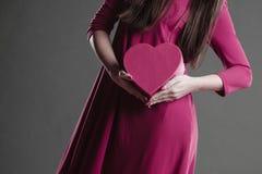 拿着心脏标志的妇女 部分身体 库存图片