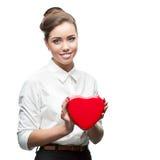 拿着心脏的女实业家 免版税库存照片