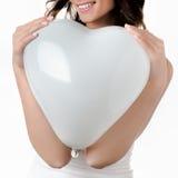 拿着心脏的妇女 免版税库存图片