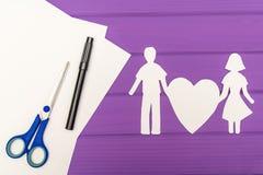 拿着心脏的男人和妇女纸剪影  图库摄影