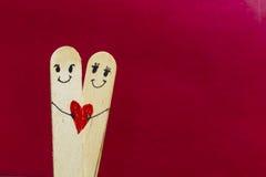 拿着心脏的逗人喜爱的夫妇 免版税库存图片