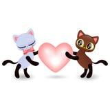 拿着心脏的逗人喜爱的小猫夫妇  免版税库存图片
