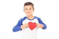 拿着心脏的逗人喜爱的小男孩 库存图片
