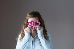 拿着心脏的青少年的女孩 免版税库存照片