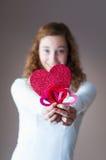 拿着心脏的青少年的女孩 免版税库存图片