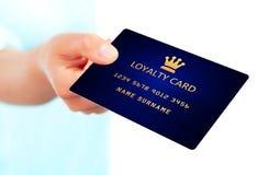 拿着忠诚卡片的手被隔绝在白色 免版税库存照片