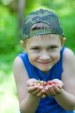 拿着快乐的小的草莓的男孩通配 库存照片