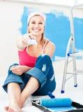拿着快乐的油漆微笑的妇女的画笔新 免版税库存照片