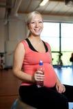 拿着怀孕的水妇女的瓶 免版税图库摄影