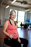 拿着怀孕的水妇女的瓶 免版税库存图片
