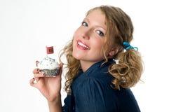 拿着性感的妇女的杯形蛋糕 库存图片