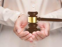 拿着惊堂木法官的手 免版税库存照片