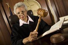 拿着惊堂木的法官在法庭 免版税库存照片