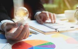拿着想法和成功的人的手电灯泡 Innovati 库存图片
