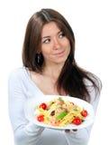 拿着意大利柠檬pappardelle牌照的主厨 库存照片