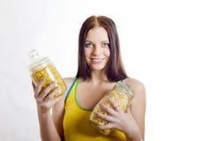 拿着意大利面食妇女的美丽的藤茎新 免版税库存图片