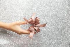 拿着或给一个小礼物盒的女性手 免版税库存照片