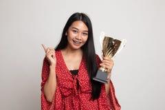 拿着战利品点的成功的年轻亚裔妇女对空格 免版税库存照片