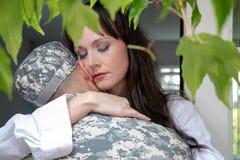 拿着战士丈夫或伙伴的担心的妻子 免版税库存图片