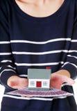 拿着房子模型和欧洲票据的妇女 库存照片