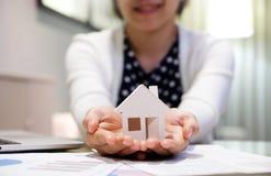 拿着房子模型的亚裔妇女 库存图片