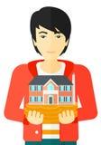 拿着房子模型的人 库存照片