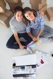 拿着房子的一个人和他的妻子概要计划 免版税库存照片