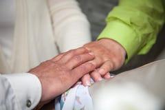 拿着手、愉快的新郎和新娘,易上手的婚礼夫妇 免版税库存图片