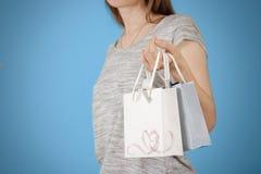 拿着手中与心脏的女孩空白两纸礼物袋子嘲笑u 库存照片