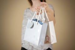 拿着手中与心脏的女孩空白两纸礼物袋子嘲笑u 免版税图库摄影