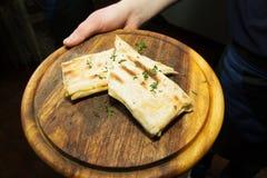 拿着手中亚美尼亚lavash面包 库存图片