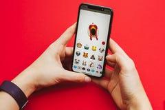 拿着手中新的苹果计算机Iphone x旗舰智能手机 免版税图库摄影
