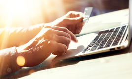 拿着手信用卡的特写镜头人 商人用途膝上型计算机网上付款购物 人键入的键盘笔记本名字 免版税库存图片