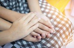 拿着手夫妇的亚裔小女孩一起显示Relationsh 免版税库存图片