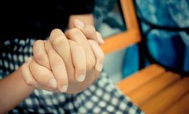 拿着手夫妇的亚裔小女孩一起显示Relationsh 图库摄影