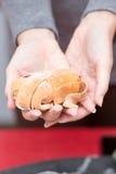 拿着手工制造面团的妇女 图库摄影