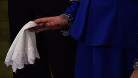 拿着手帕的妇女 股票视频