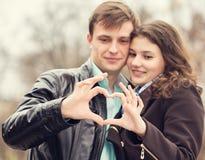 拿着手心脏的夫妇 免版税库存照片