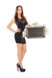 拿着手提箱的可爱的妇女有很多金钱 库存图片