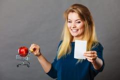 拿着手提篮用果子的愉快的妇女 库存照片