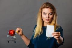 拿着手提篮用果子的担心的妇女 免版税库存照片
