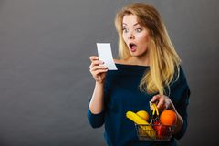 拿着手提篮用果子的震惊妇女 免版税库存照片