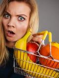 拿着手提篮用里面果子的妇女 库存图片