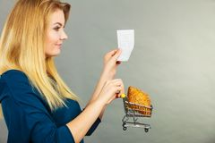 拿着手提篮用面包的愉快的妇女 库存照片