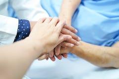 拿着手有爱的亚裔资深或年长老妇人病人,关心 免版税库存图片