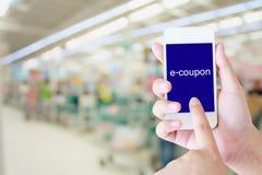 拿着手机的手在超级市场 免版税图库摄影