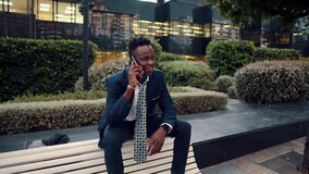拿着手机的非裔美国人的商人穿着蓝色衣服 影视素材