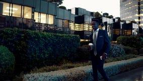 拿着手机的非裔美国人的商人穿着蓝色衣服 股票视频