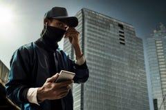 拿着手机的黑客 免版税图库摄影